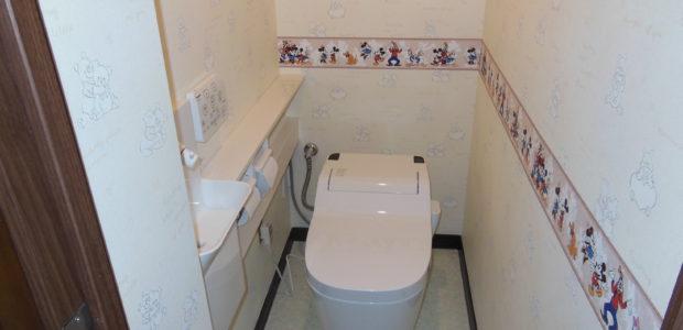 タンクレストイレと壁付手洗い
